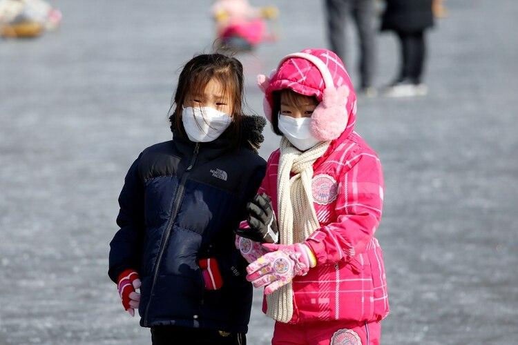 Niñas con mascarillas en Corea del Sur (REUTERS/Heo Ran)