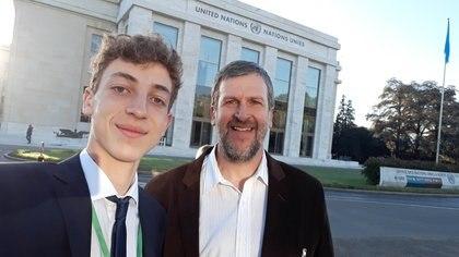 Kurt y su padre Alejandro Ottosen en la sede de las Naciones Unidas en la ciudad suiza de Ginebra