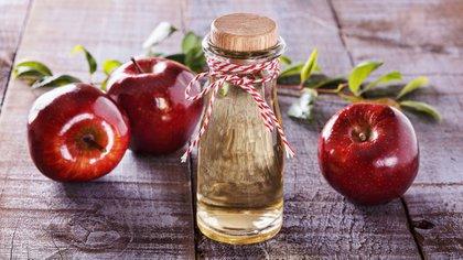 El vinagre de manzana es un aliado perfecto para disminuir manchas del rostro (iStock)