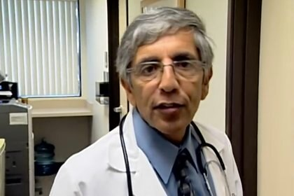 Meza, de 70 años, es un médico retirado que comenzó a correr maratones hace una década (Foto: captura de pantalla de YouTube)