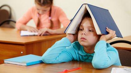 El niño disléxico debe poner tanto esfuerzo en las tareas de lectoescritura que tiende a fatigarse (Shutterstock)