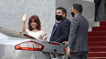 Cristina saluda a los militantes del oficialismo que se concentraron en los alrededores del Congreso, a la salida de la sesión inaugural. (Adrián Escandar)