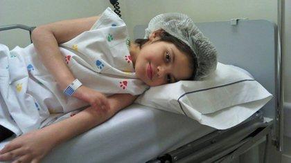 Micaela, la niña que necesitó el tratamiento alternativo de cannabis para aminorar sus dolencias.