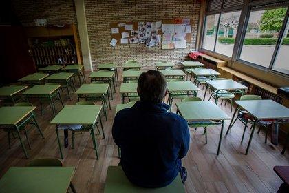 Un docente en una clase vacía. EFE/ Paco Santamaria/Archivo