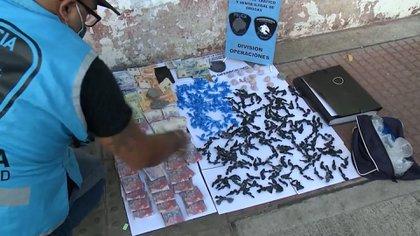 """En una serie de allanamientos cayó """"la banda de la peruana"""" y varios narcos en la villa Zavaleta: derribaron dos búnkers de drogas"""