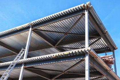 La estructura puede soldarse o abulonarse, pero el montaje en general es rápido porque las piezas vienen cortadas a medida y listas para armar (Shutterstock)