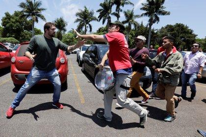 Peleas en las afueras de la embajada venezolana (Reuters)