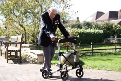 El capitán retirado del Ejército Británico Tom Moore, de 99 años, caminando para captar fondos para los trabajadores sanitarios, con el objetivo de dar 100 vueltas a su jardín antes de su 100 cumpleaños este mes (REuters)