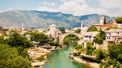 Una réplica del Stari Most (Puente Viejo) del siglo XVI atraviesa el río Neretva en Mostar, en el país de Bosnia y Herzegovina (Shutterstock)