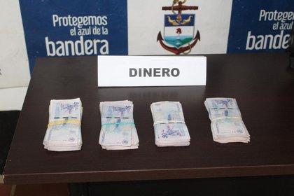 El dinero en efectivo encontrado al interior de la embarcación. Foto: Armada Nacional