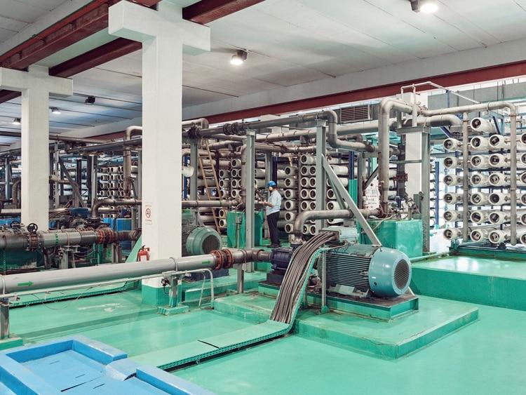 Bombas de presión de agua eléctricas y tubos de membrana de ósmosis inversa en la planta de desalinización de Sawaco en Jeddah, Arabia Saudita. (Jamie McGregor Smith/The New York Times)