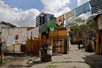 Fotografía del 26 de enero de 2019, de un tendedero de ropa de los habitantes de un estacionamiento al pie del popular barrio de Petare, en Caracas (Venezuela). EFE/Leonardo Muñoz/Archivo