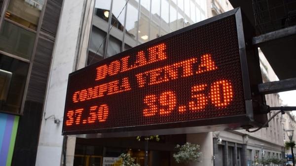 El dólar se negocia con escasas variantes y cerca de sus máximos en la City. (Franco Fafasuli)
