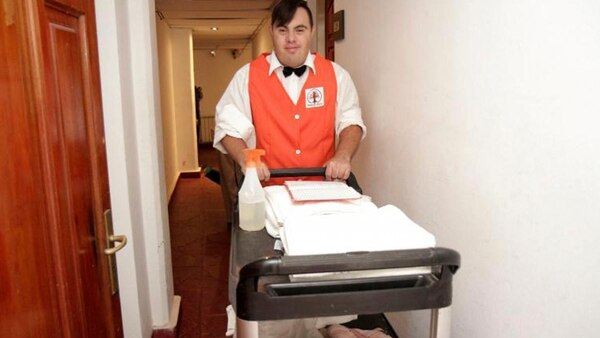 Lautaro Andrada provee y pone a las habitaciones en condiciones