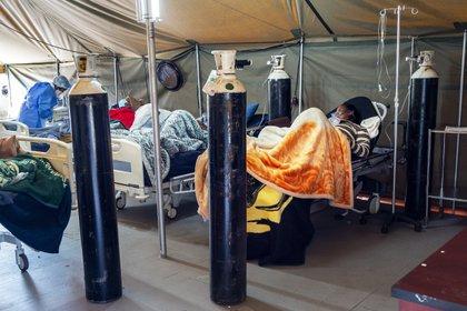 Pacientes de coronavirus tratados con oxígeno en Pretoria, Sudáfrica (AP)