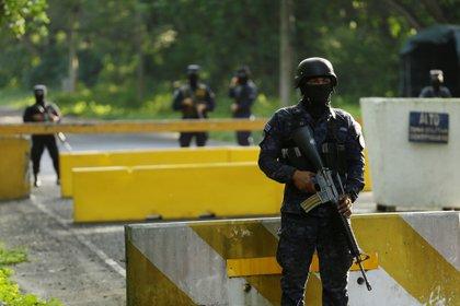 Militares hacen guardia este martes en la sede de la Segunda Brigada Aérea en la central localidad de San Luis Talpa, El Salvador (EFE/ Rodrigo Sura)