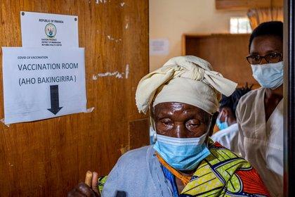Una mujer recibe la vacuna contra el COVID-19 en la ciudad de Masaka, hospital en Kigali, Ruanda (Reuters/ Jean Bizimana)