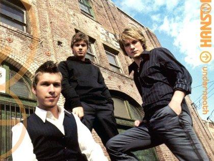 """En 2005, los Hanson, con un look más adulto y el pelo corto, lanzaron """"Underneath"""", con su empresa discográfica independiente 3CG Records"""