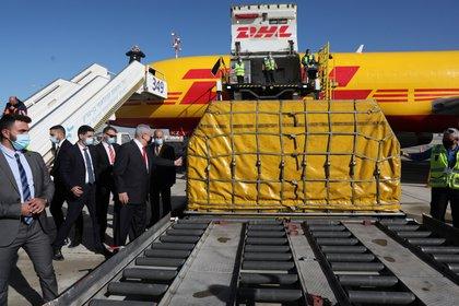 Benjamin Netanyahu participando de la llegada de un avión de DHL con el primer lote de vacunas Pfizer/BioNTech contra el COVID-19, el 9 de diciembre pasado. Abir Sultan/Pool via REUTERS