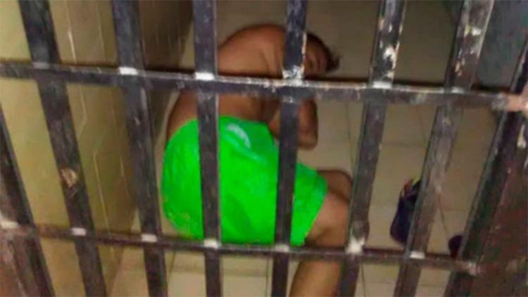 El reportero gráfico está recluido en una celda de castigo