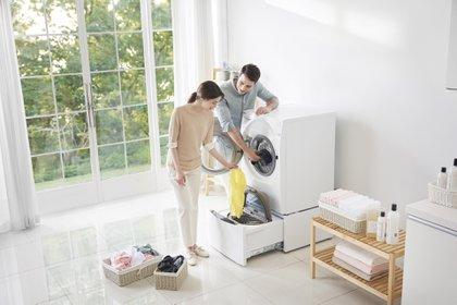 Lavar la ropa con agua caliente hace que el proceso de aflojar manchas y remover suciedad sea más efectivo, ya que ayuda al jabón a disolverse más fácilmente, y penetrar los tejidos con mayor efectividad