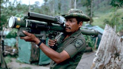 Un miembro de los Contras con un misil de búsqueda de calor Redeye en una base secreta dentro de Honduras en 1983. (Greg Mathieson/Shutterstock)