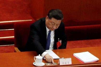 El presidente chino Xi Jinping emitiendo el voto en favor de la ley de seguiridad de Hong Kong REUTERS/Carlos Garcia Rawlins