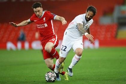 Isco, otro de los jugadores con posibilidad de salir del Real Madrid, sumó minutos frente al Liverpool en Anfield (Foto: Reuters)