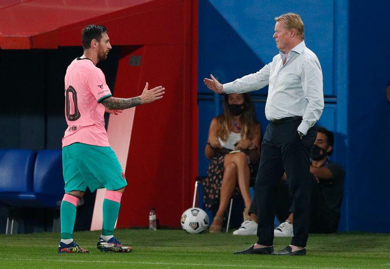 Foto de archivo del capitán del Barcelona Lionel Messi saludando al DT Ronald Koeman tras ser sustituido en un amistoso de pretemporada. Sep 16, 2020 REUTERS/Albert Gea