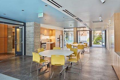 El edificio incorpora estrategias de vida sostenibles que apuntan a la eficiencia energética, la calidad del aire, la gestión de las aguas pluviales y la reutilización de las mismas (Crédito: Bruce Damonte)