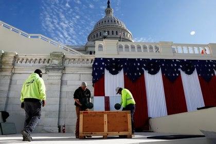 Trabajadores desarman los escenarios montados para la jura del presidente Joe Biden. REUTERS/Jim Bourg