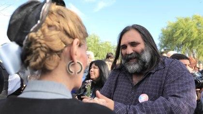 Roberto Baradel saluda a una mujer caracterizada como Eva Perón en Los Toldos