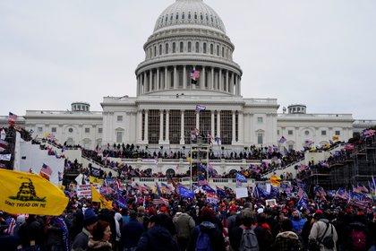 Seguidores de Donald Trump irrumpen durante unas protestas en los terrenos del Capitolio de los Estados Unidos el 6 de enero de 2021 en Washington DC (EFE/ WILL OLIVER/Archivo)