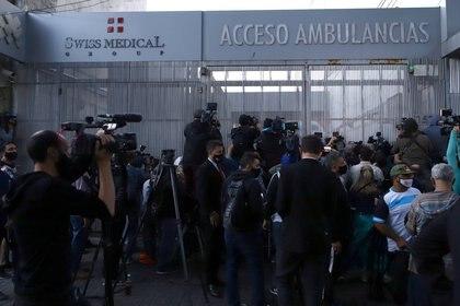 La puerta de la Clínica Olivos se llenó de periodistas y de fanáticos de Diego (REUTERS/Matias Baglietto)