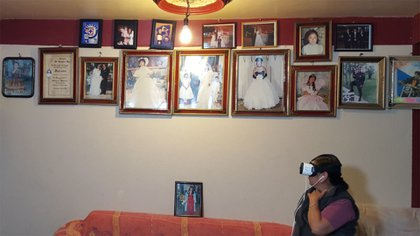 """En la Ciudad de México, una abuela que no ha visto a sus parientes viviendo durante casi dos décadas, los """"visita"""" en los EE. UU a través de un video de realidad virtual realizado por el Family Reunions Project"""