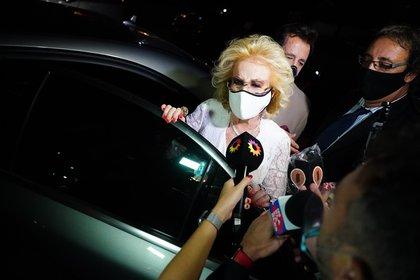 Mirtha Legrand llegando a la casa de Marcela. Habló con los periodistas presentes y dio detalles de lo que será el festejo de su cumpleaños número 94