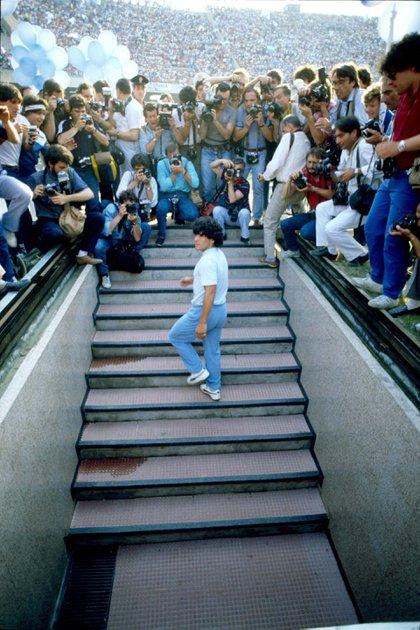 Diego Maradona hace su presentación en el estadio San Paolo, en Nápoles, el 5 de julio de 1984 (Shutterstock)