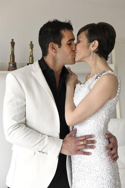Los diseñadores le recortaron la cola al vestido de novia para lucirlo en la noche de los Martín Fierro (Maximiliano Vernazza)