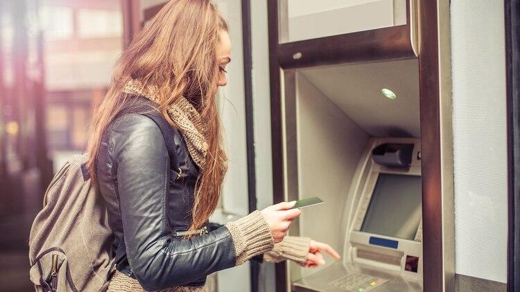 Muchos adultos jóvenes todavía no pagan su celular o su tarjeta de crédito. (iStock)