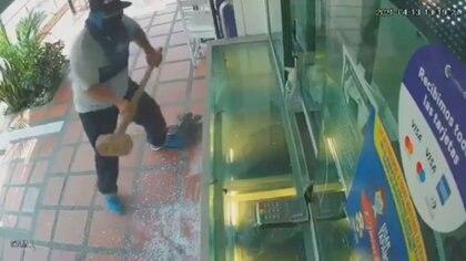 Video | Cuatro ladrones huyeron en una misma motocicleta tras fracasar en el hurto a una compraventa de Barranquilla