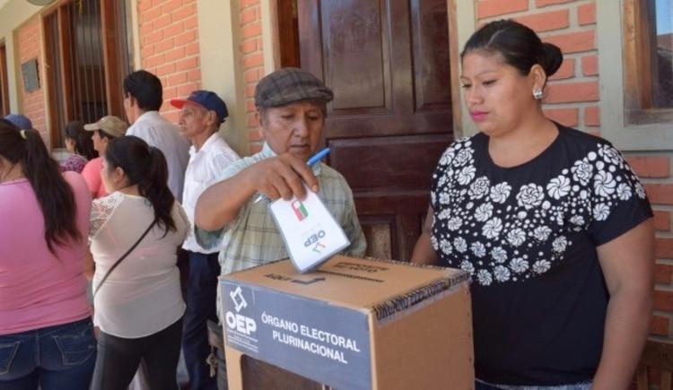 Las encuestas preelectorales le dan una ventaja a Evo Morales sobre Carlos Mesa pero podría no ser suficiente para ganar en primera vuelta y en un balotaje, la ventaja sería para Mesa, indican los mismos sondeos.