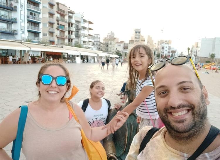 Leonardo Ros, junto a su mujer y sus hijas cumplió su sueño de instalarse en un lugar junto a la plata. Ahora vive en El Masnou, a 25 minutos de Barcelona