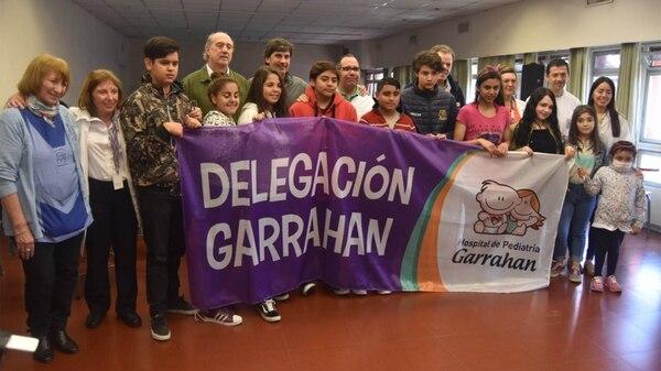 La delegación de deportistas trasplantados junto al cuerpo médico que los acompañará en los Juegos de Salta (FuPeA)