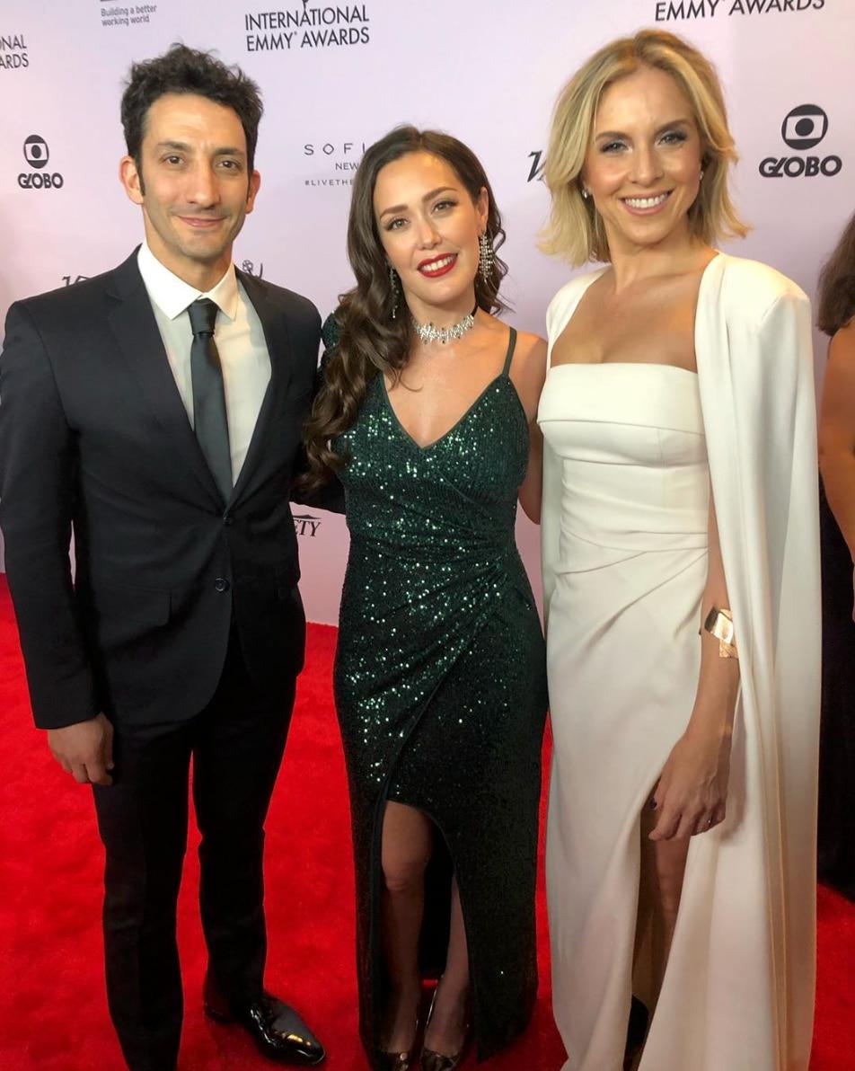 "Juan Minujín (estrella de ""Two Popes"" ), Carla Medida y Carla Peterson posaron para una foto juntos (Foto: E! Entertainment/E! Online Latino)"