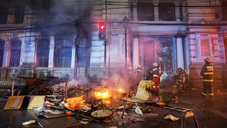 La redacción del diario El Mercurio en Valparaíso fue saqueada e incendiada (Reuters)