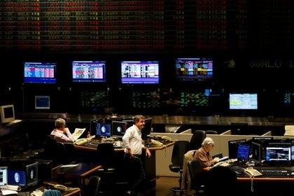 Operadores en la Bolsa de Comercio de Buenos Aires. (Reuters)