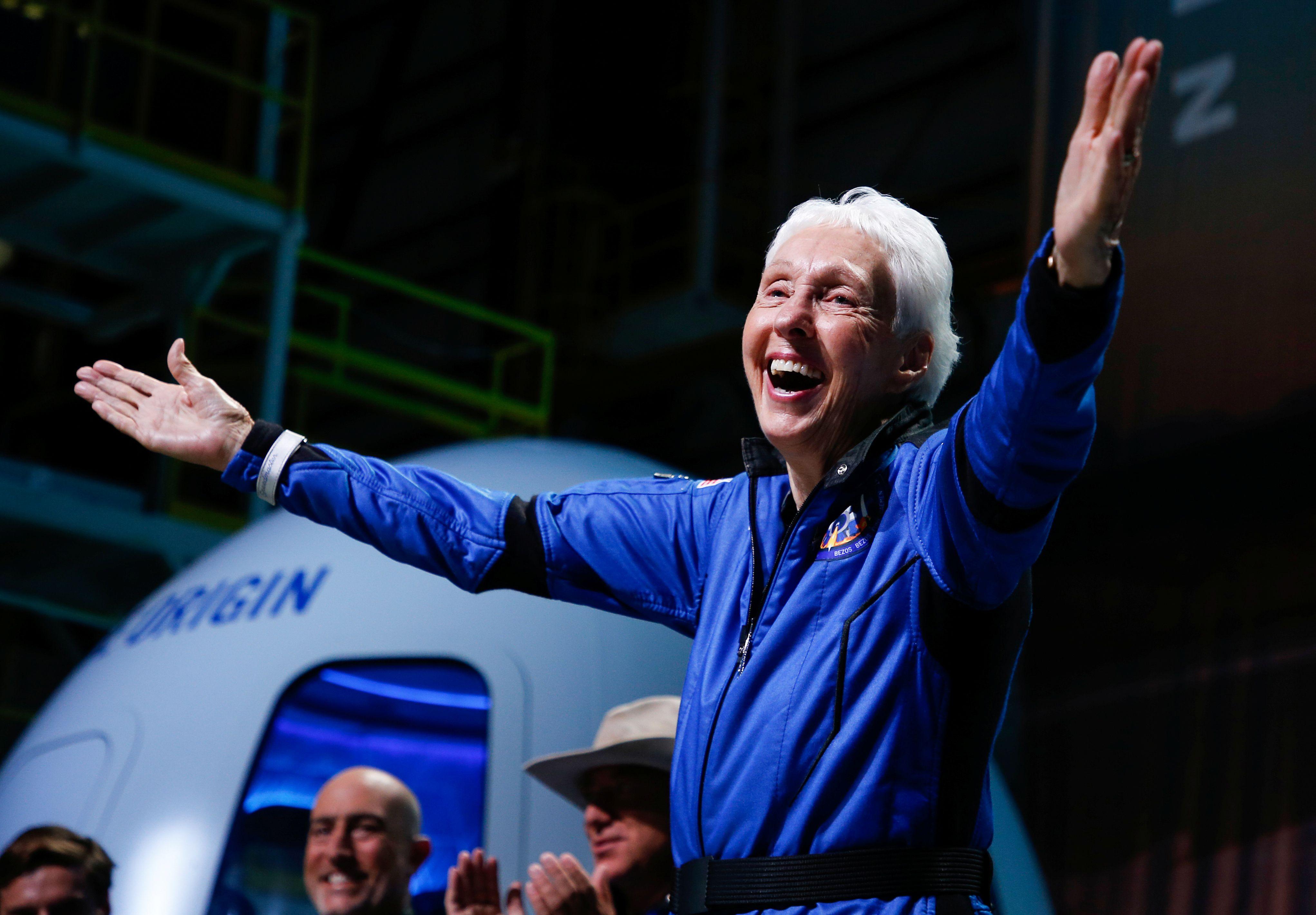 Wally Funk reacciona después de recibir sus alas de astronauta de Jeff Ashby de Blue Origin, un ex comandante del transbordador espacial en una conferencia de prensa posterior al lanzamiento después de que voló con tres compañeros de tripulación en el vuelo inaugural de Blue Origin al borde del espacio, en la cercana ciudad de Van Horn., Texas, Estados Unidos. REUTERS/Joe Skipper