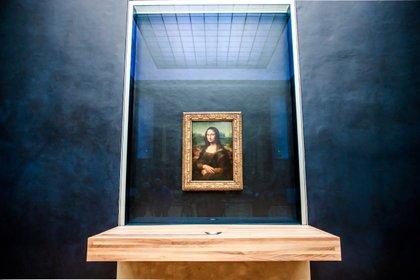 """""""La Gioconda"""", la famosa obra del pintor italiano Leonardo da Vinci, se expone en la sala recién renovada del museo del Louvre detrás un vidrio a prueba de balas (EFE/ Christophe Petit Tesson)"""
