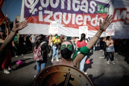 Mujeres se manifiestan hoy en el Día de Acción Global por un aborto legal y seguro, frente al Congreso de la Nación en Buenos Aires (Argentina). EFE/Juan Ignacio Roncoroni