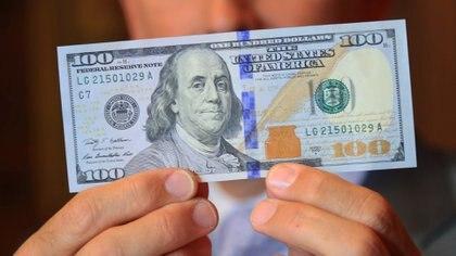 El dólar se arrimó a los 16 pesos, pero todavía no iguala el ritmo de la inflación (NA)